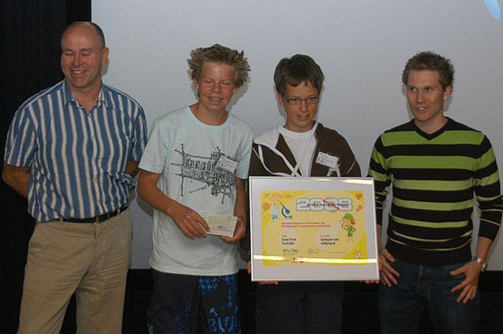 PRISVINNERE: Fra venstre Hans-Christian Haugli, forskningsdirektør i Telenor, vinnerelevene Øystein Takle Lindholm og Bjørn Skauli samt Trond Smaavik, hovedstyremedlem i NITO.