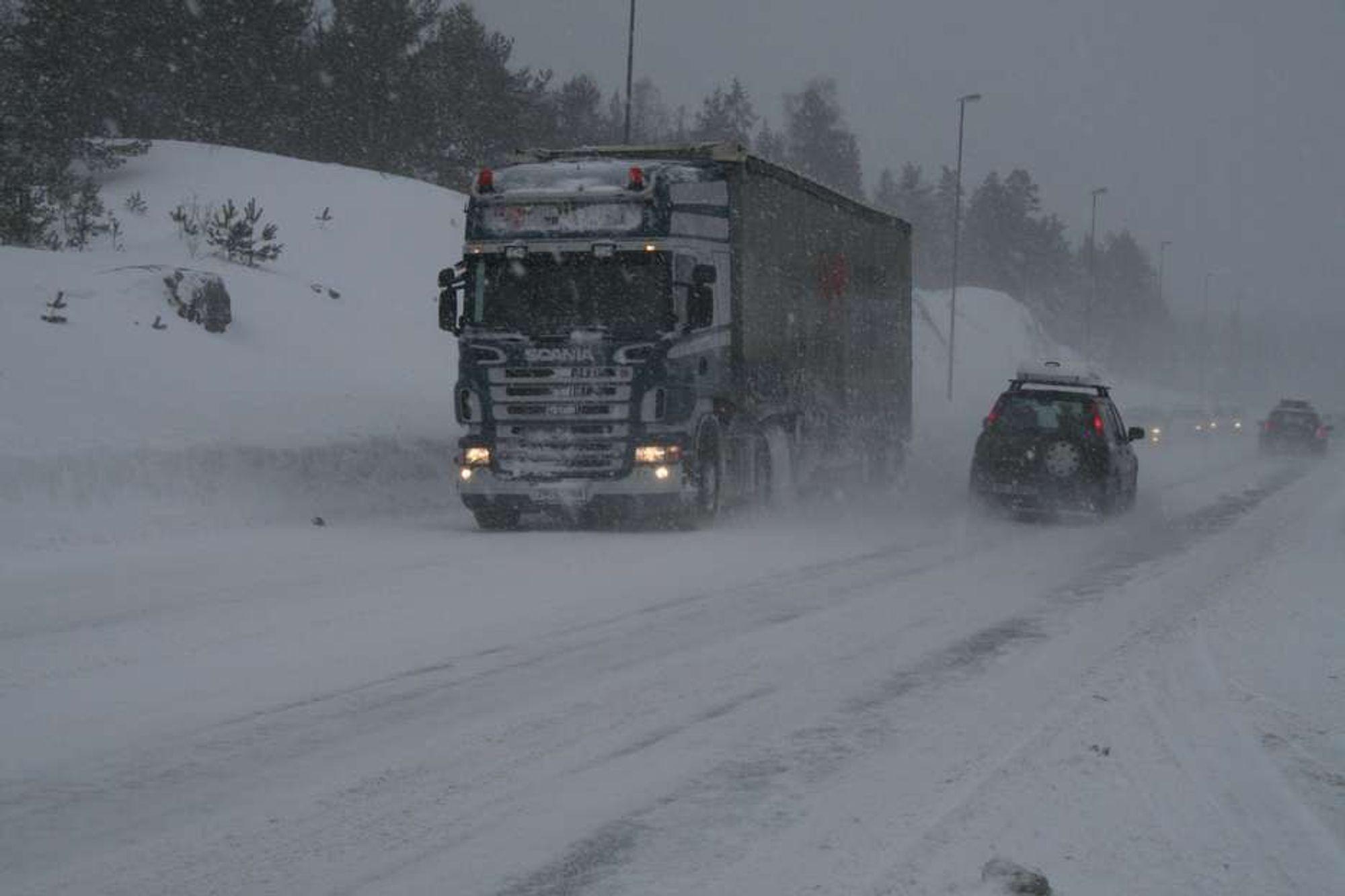 Store snømengder stenger E18 på Agder