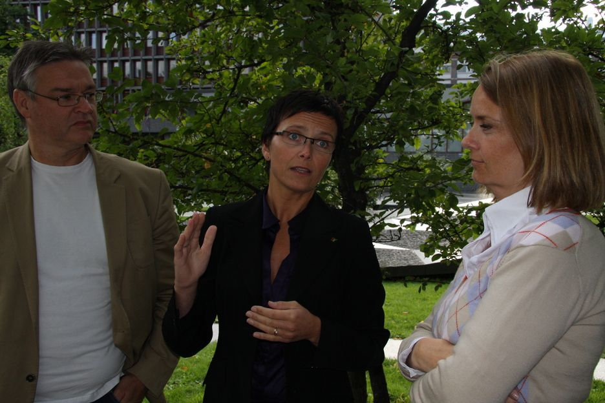 Juryleder Stein Arne Nistad, seniorrådgiver Gazette AS, og jurymedlem Benedicte Waaler (t.h.), prosjektleder for Grønn IT i IKT Norge,  i Rosingjuryen for Grønn IT. Fornyingsminister Heidi Grande Røys tok initiativet.