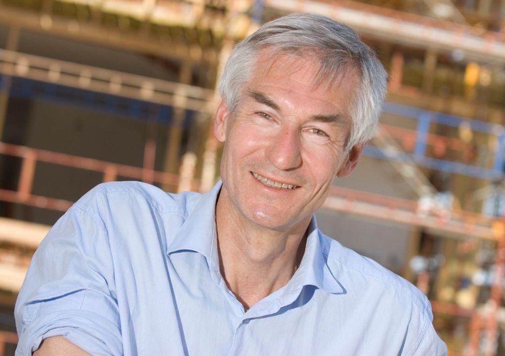 KJELL SENNESET  Kjell Senneset (59) er sjeføkonom i Prognosesenteret. Han er utdannet sosialøkonom fra Universitetet i Oslo. Fra 1984 har han arbeidet med analyser av og prognoser for bygg- og anleggsmarkedet i Norge. Han har jobbet både i Byggenæringens Landsforening og i forløperen til BNL, Entreprenørenes Landssammenslutning, før han begynte i Prognosesenteret i 2004.