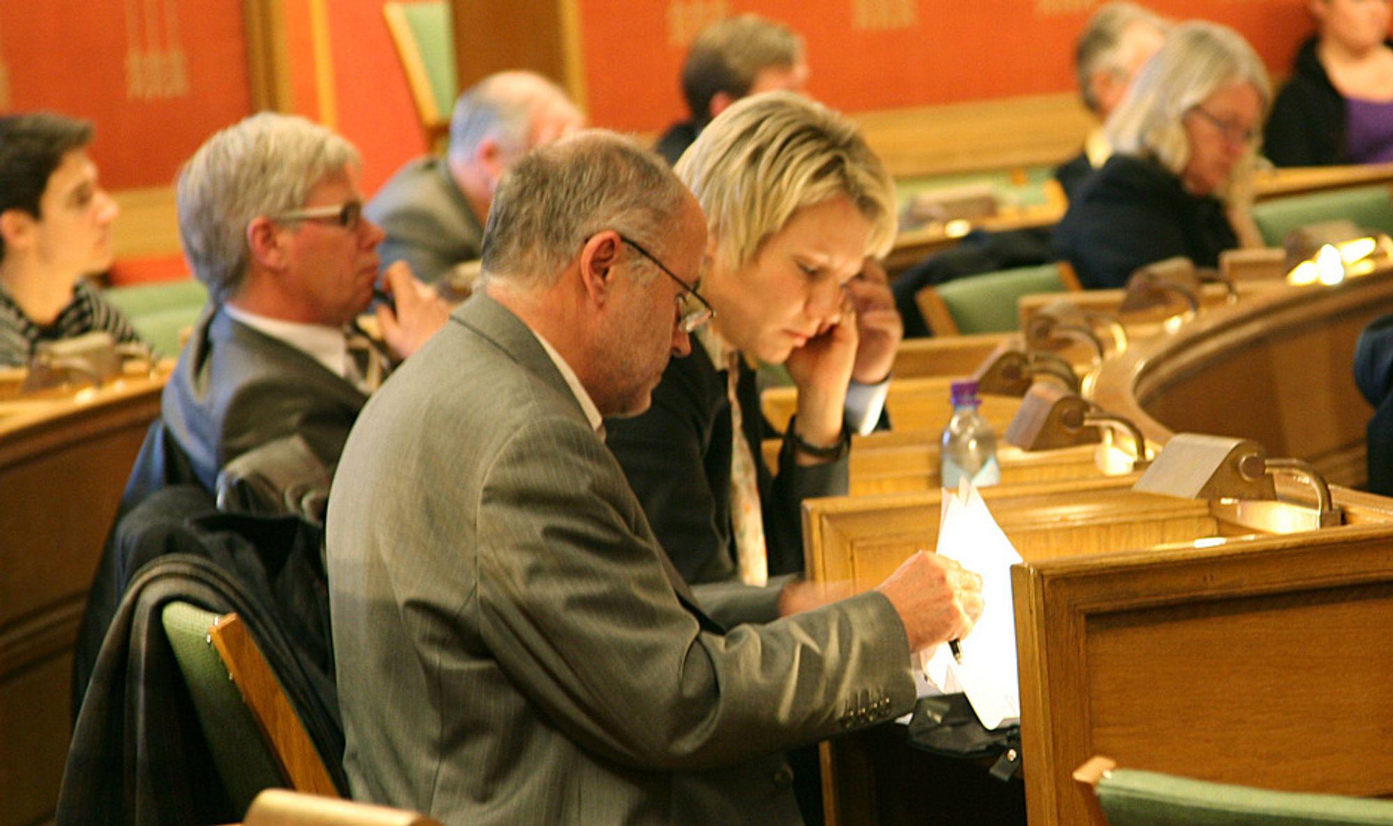 Konsernsjef Trond Bjørgan og billettsystemsjef Marit Kristiansen i KTP skyldte på leverandøren Thales og på kompliserte takststrukturer under torsdagens høring.