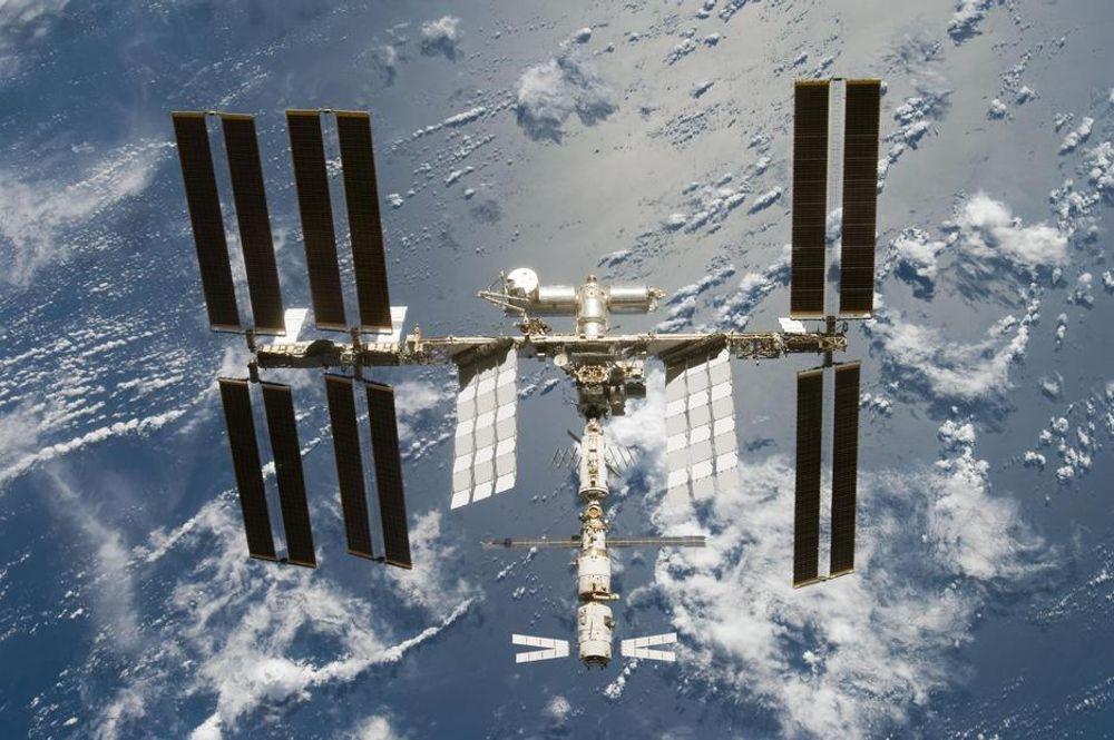Den internasjonale romstasjonen ISS feirer tiårsjubileum torsdag. Den sirkulerer rundt jorden med en hastighet på nærmere 28 000 km\t.