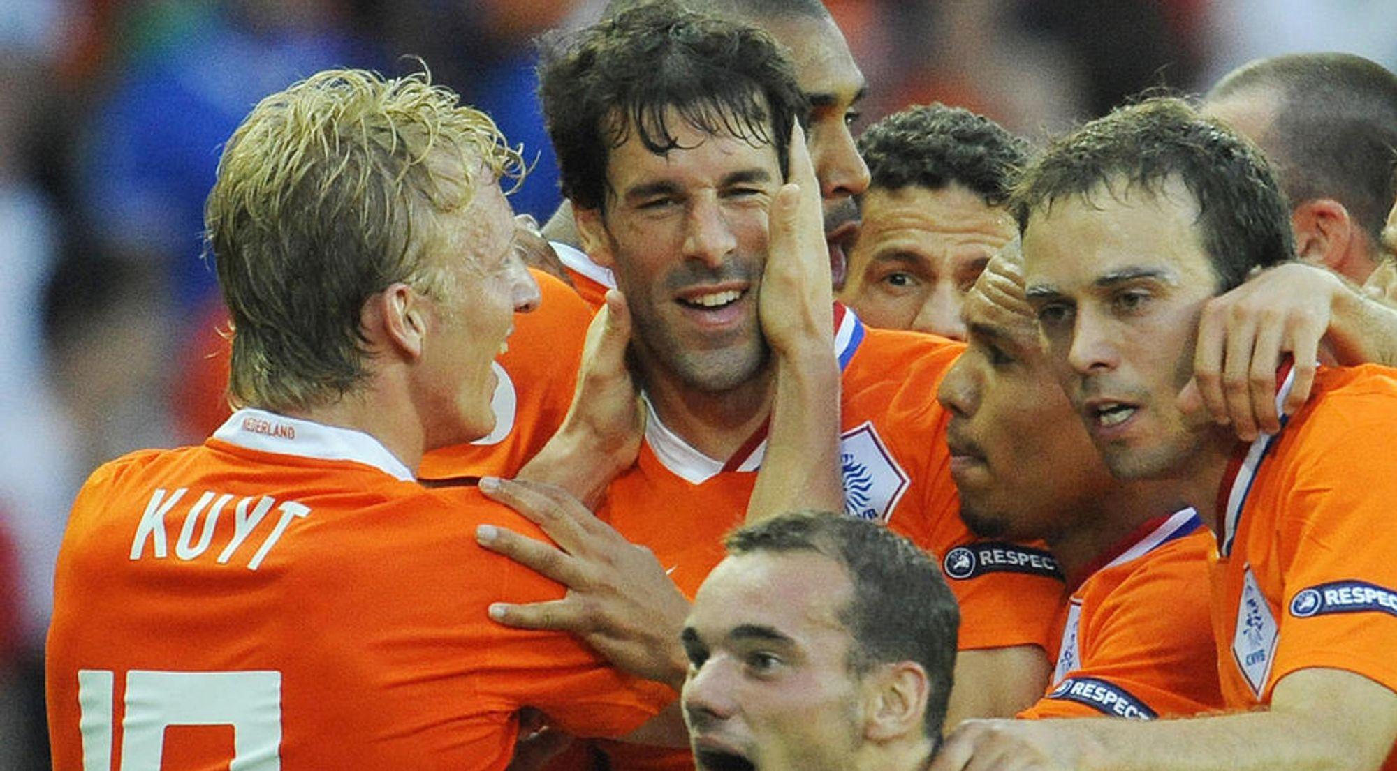 Dirk Kuyt (t.v), Ruud van Nistelrooy og de andre nederlandske spillerne har for øyeblikket størst sjanse til å bli europamestere slik de ble for 20 år siden, ifølge Norsk Regnesentral.