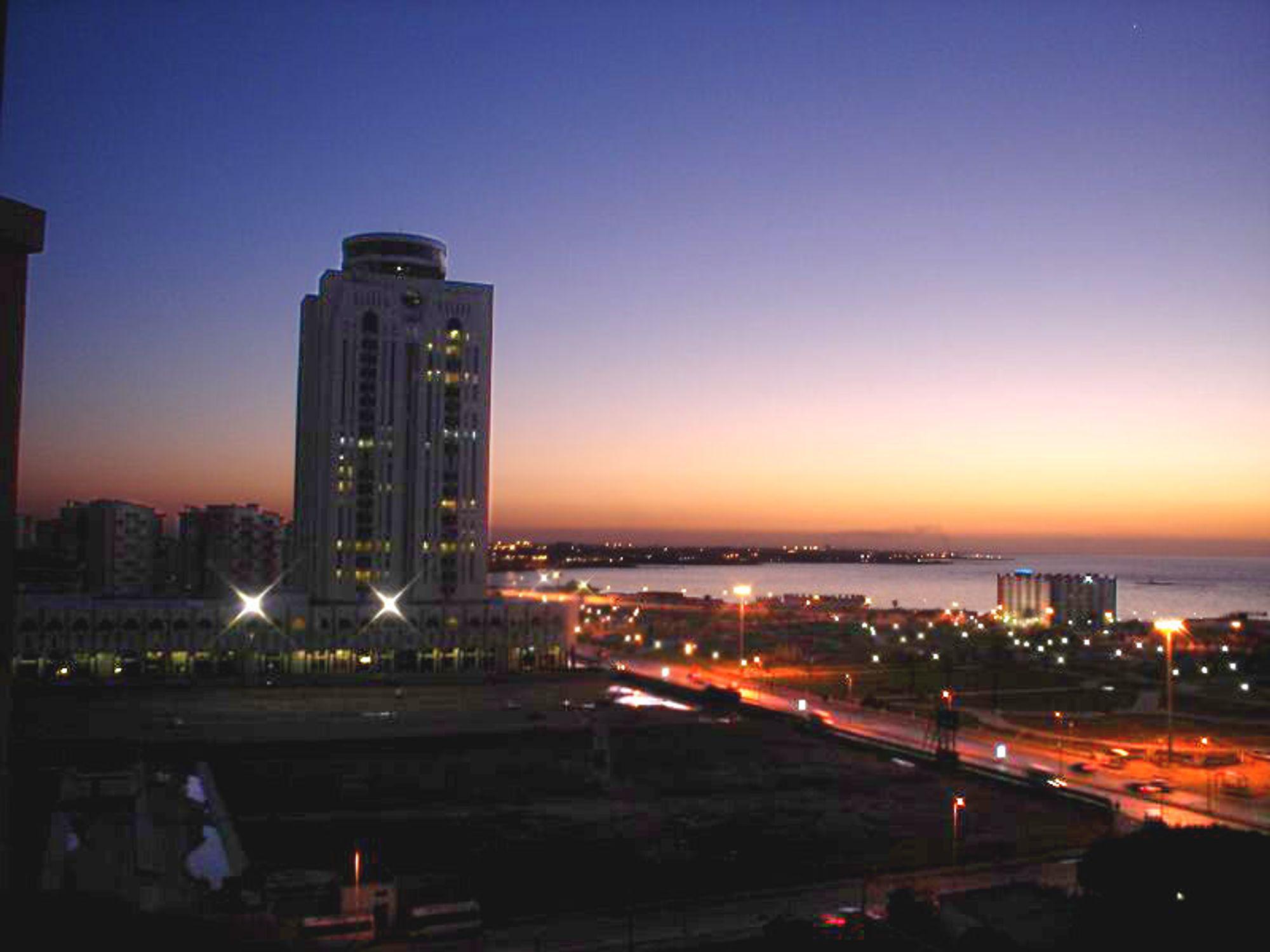 OLJEINNTEKTER: Libyas hovedstad Tripoli har nytt godt av landets oljeinntekter, men landets infrastruktur generelt er langt under lavmål. Nå skal det endres, men danskene får ikke hjelpe til.