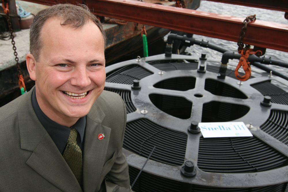 Fremskrittspartiets Ketil Solvik-Olsen velsignet Haldens nye energikollektorer tirsdag. Nå vil han jobbe for flere sjøvarmepumper i Norge.