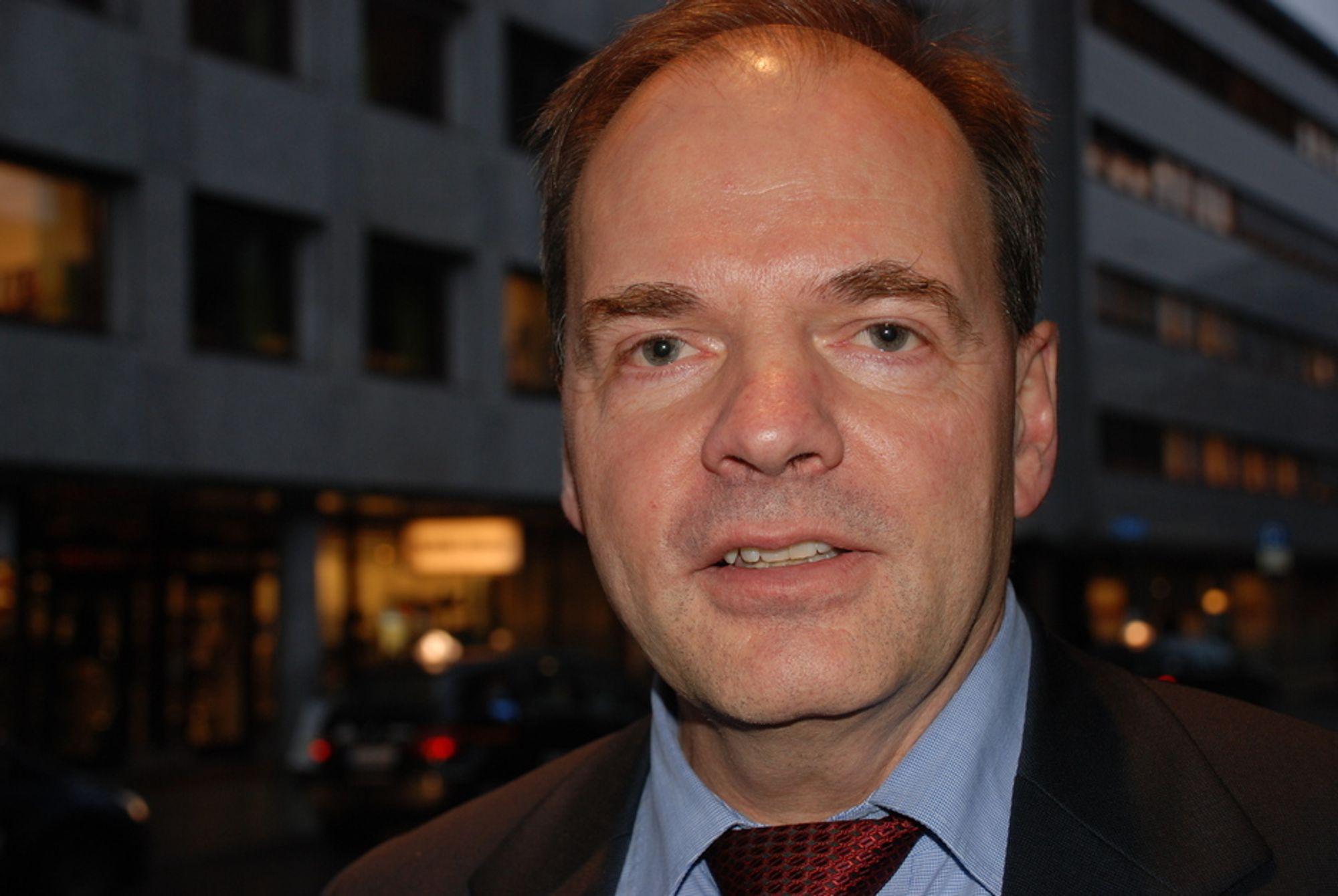 Utbygging av overføringslinjer for kraft til Europa vil koste et sted mellom 20 til 30 milliarder kroner, og det vil ikke markedet betale for, mener administrerende direktør i E-CON, Hans Erik Horn.