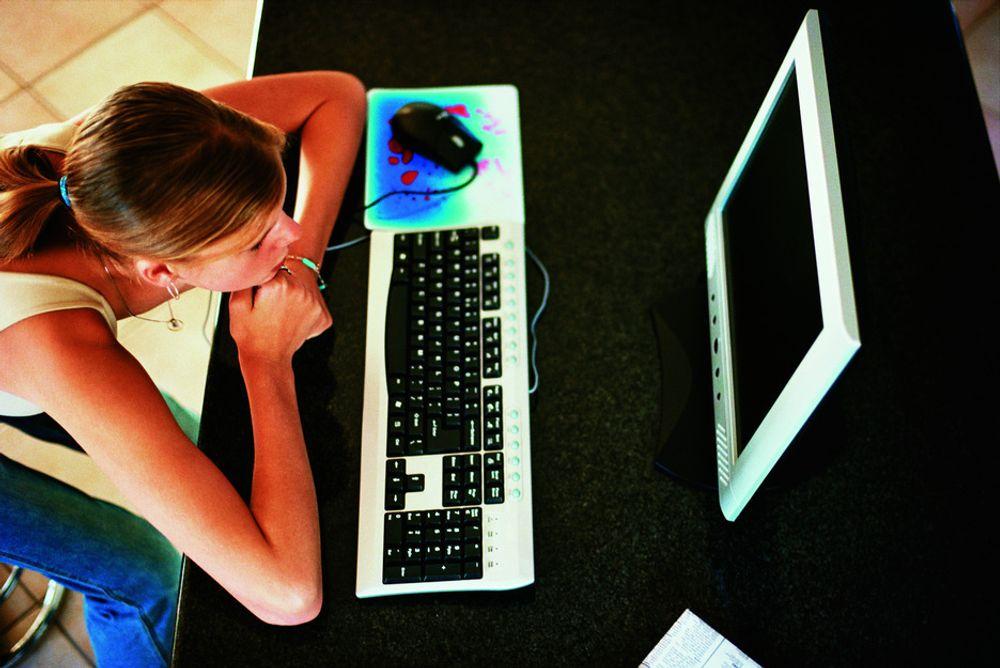 LEDER: Jentene ligger omtrent ett år foran guttene når det gjelder leseferdigheter og evne til å finne frem på nettet.