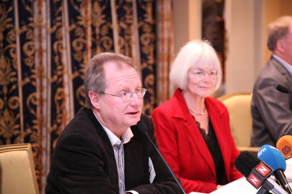 Professor Steinar Stjernø og utdanningsminister Tore Aasland presenterer Stjernø-utvalgets rapport.