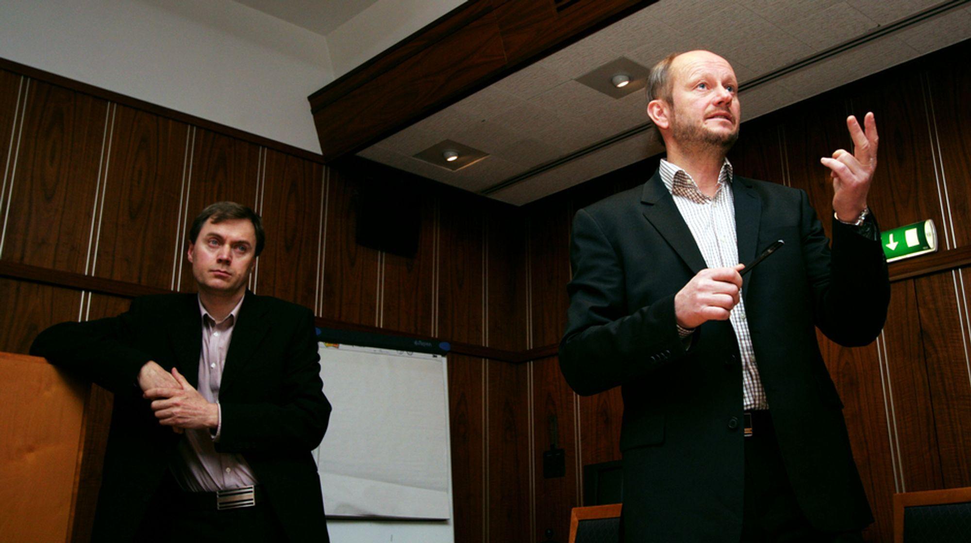 Knut E. Sunde (t.v) og Stein Lier-Hansen i Norsk Industri under presentasjonen av konjunkturrapporten 2008.