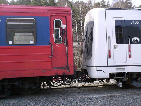 GAMMEL OG NY: En gammel vogn gjør nytten sin, og trekker den nye vognen MX3106 til hallen hvor den skal klargjøres og testes på prøvespor før den får debutere i trafikk med passasjerer ombord.