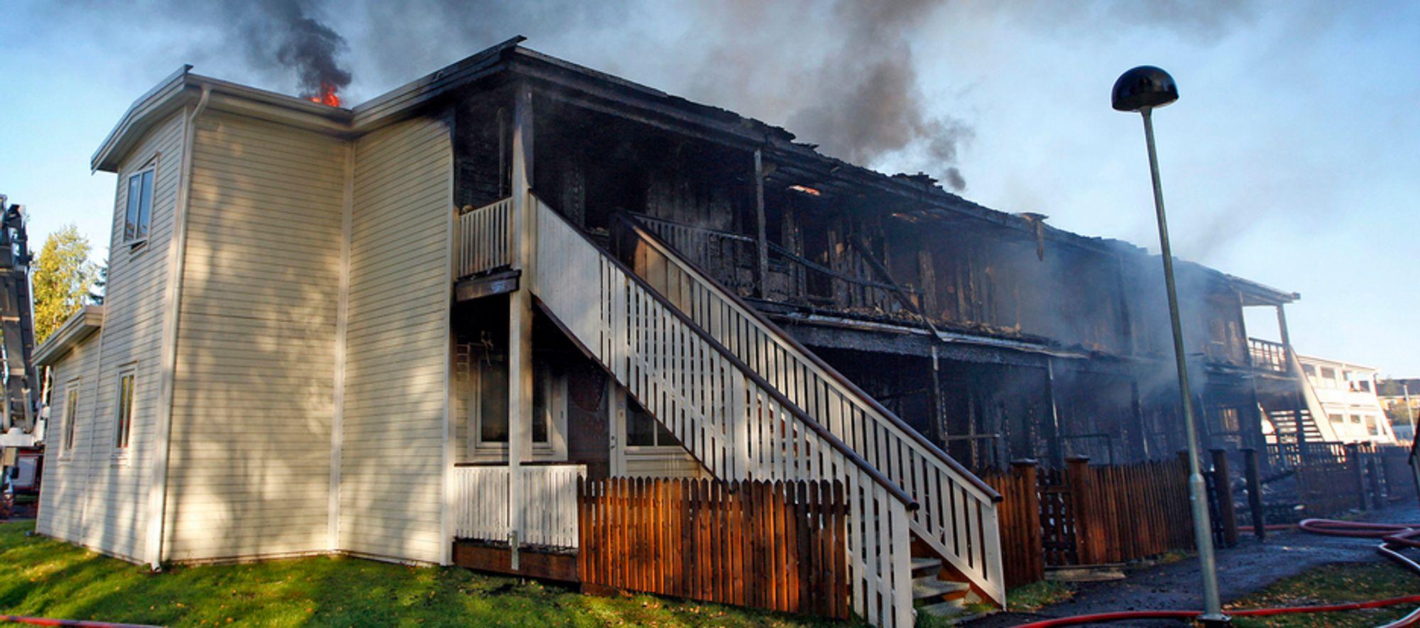 Utrolig nok fikk ingen av de 23 beboerne alvorlige skader da 12 av 14 boenheter i det to år gamle bygget i Nannestad ble overtent i løpet av minutter søndag.