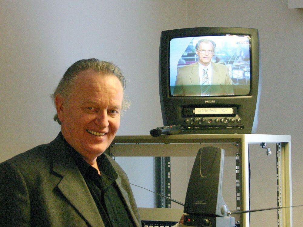ODDVAR MED ANTENNA: Sendesjef i NRK, Oddvar Kirkbakk viser frem antennen som internt i NRK er døpt i hans navn til Oddvarantenna. Den litt bedre antennen kan redusere tallet på hus og hytter som ligger utenfor dekningsområdet til under det halve.
