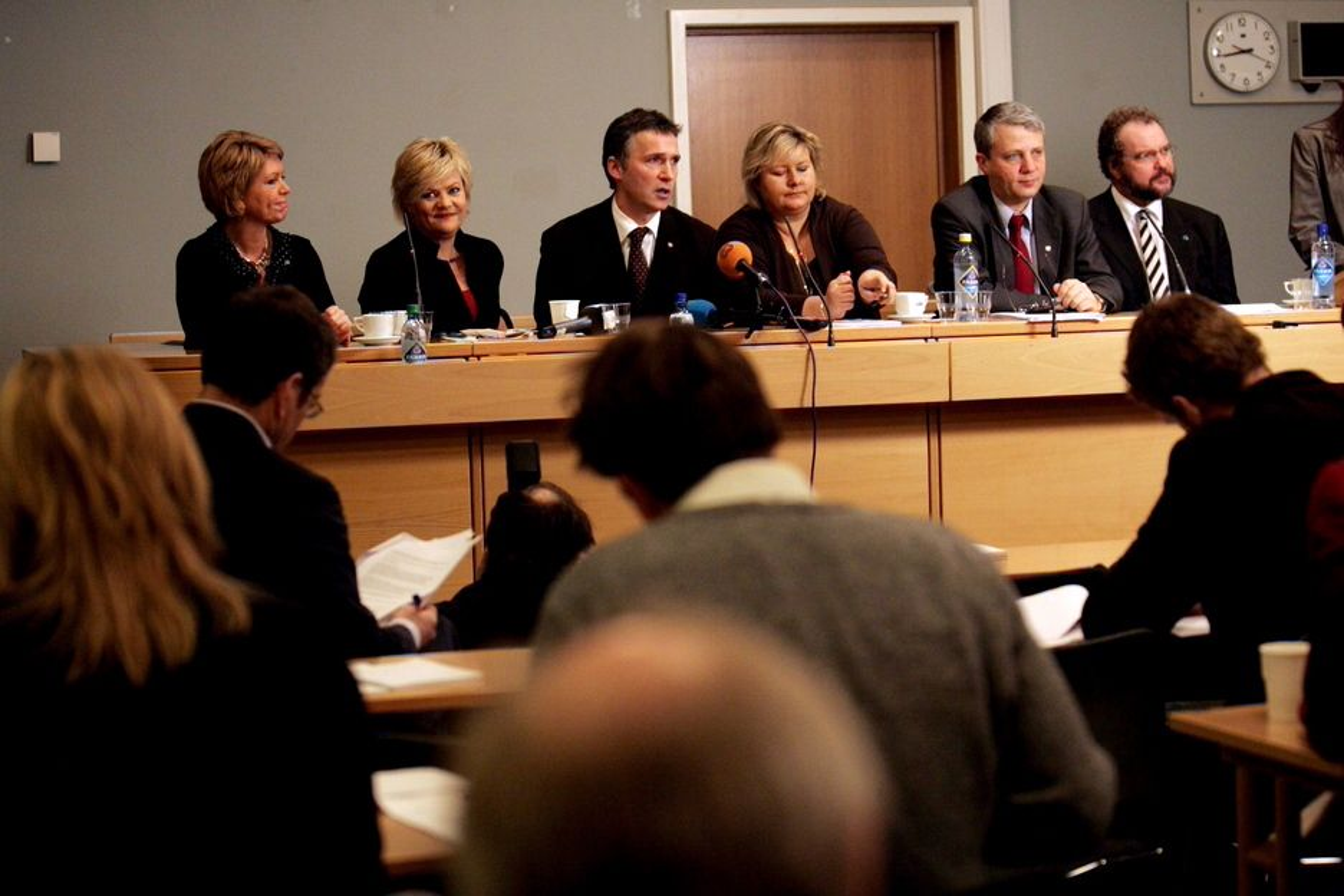 Partene i klimaforhandlinger ble torsdag morgen enige om en avtale- På bildet fra v.: SPs Aslaug Haga,finansminister Kristian Halvorsen, statsminister Jens Stoltenberg, Høyres leder Erna Solberg,  KrFs leder Dagfinn Høybråten og Venstre-leder Lars Sponheim