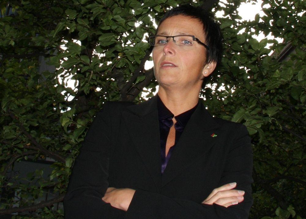 Statsråd Heidi Grande Røys står fast på at eID-prosessen går som planlagt.