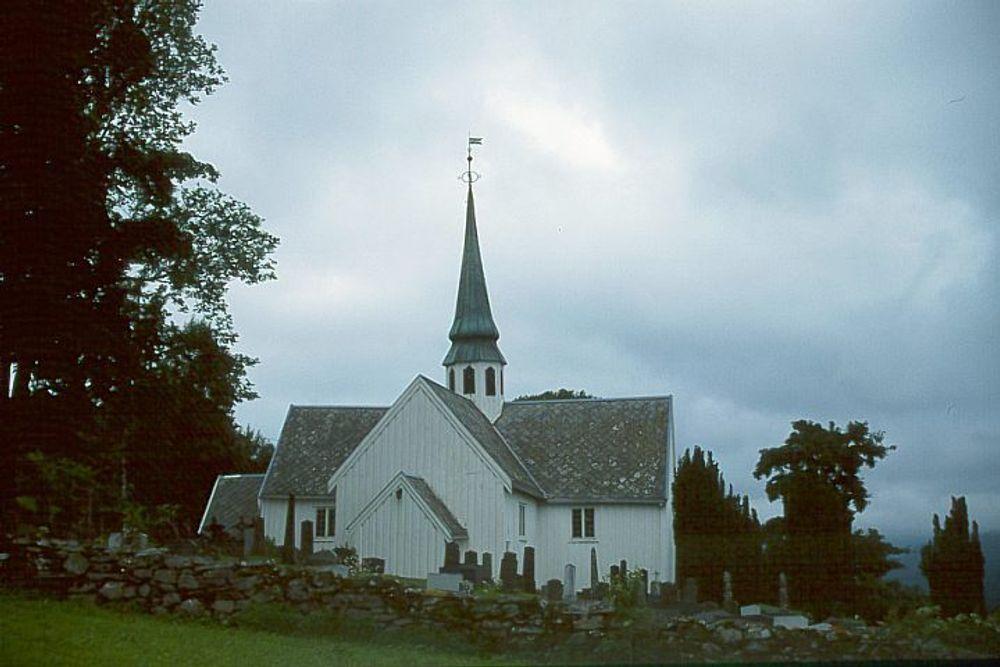 STØTTE: Regjeringen vil gi ekstra støtte til å renovere slitne kirker. Bildet viser Halsa krike i Møre og Romsdal.