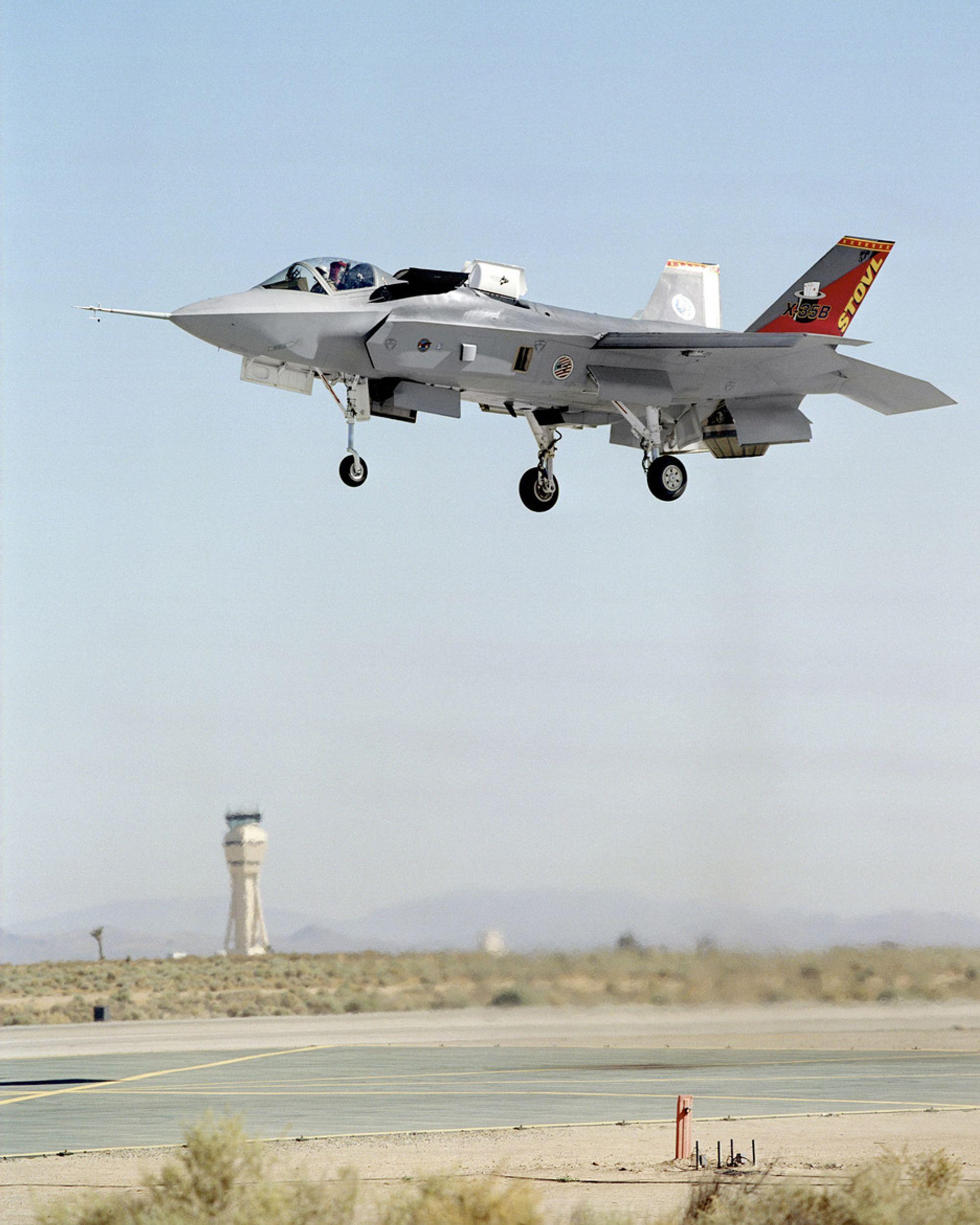 TO FLY: Lockheed Martin har produsert to fly av denne typen f35B som kan lande og ta av vertikalt.