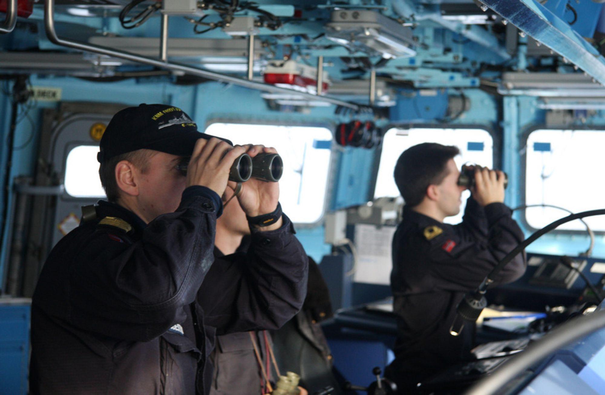 KIKKERT: Fregattene har avanserte navigasjonssystemer, men kikkertene blir fortsatt flittig brukt av kapteinløytnant Stig Sigdestad og resten av mannskapet.
