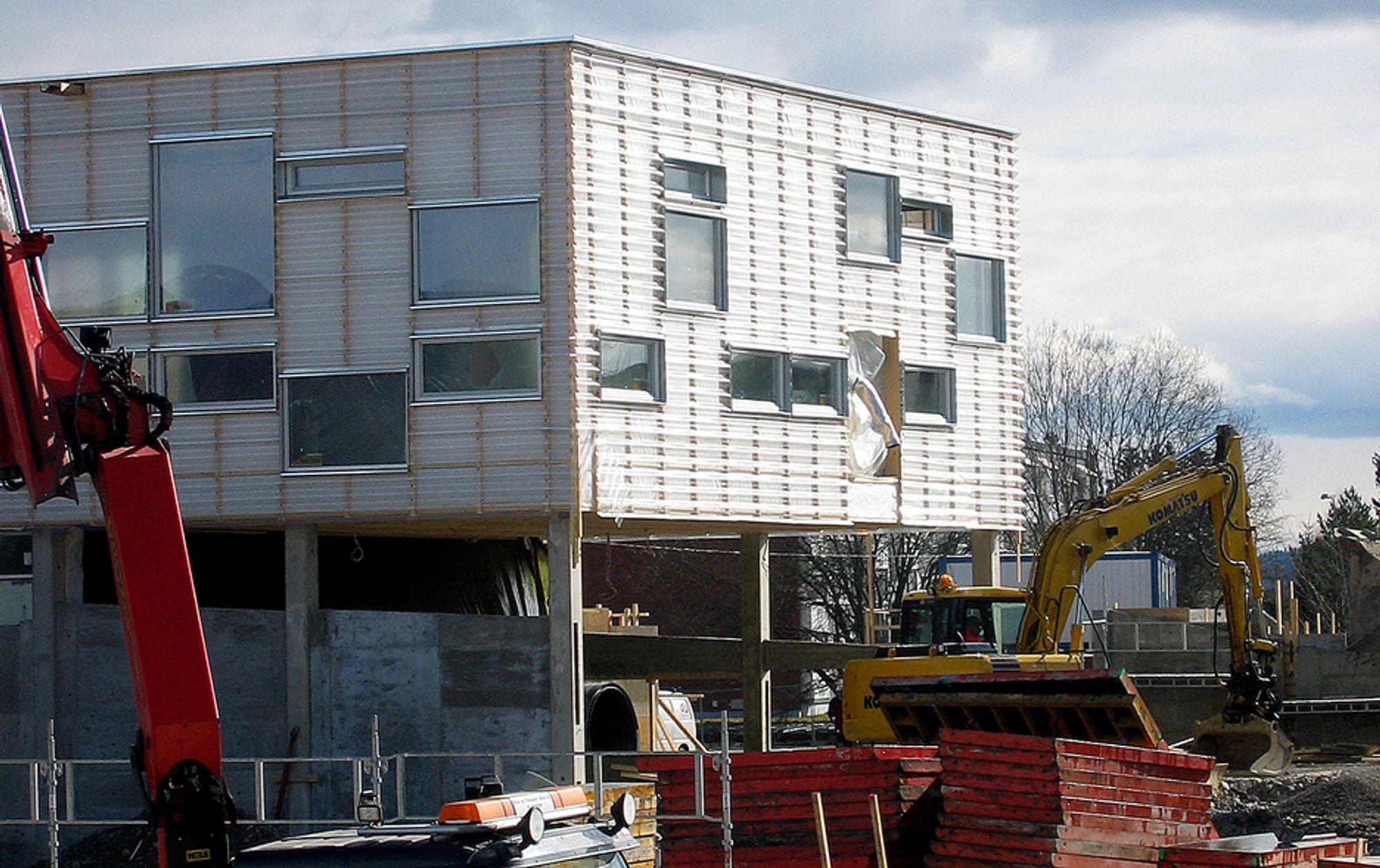 ENDRES: Slik så Mæla skole ut før påske, med polykarbonatplatene på plass. Disse byttes nå ut med stålplater, noe som vil gi bygget et helt annet arkitektonisk uttrykk.