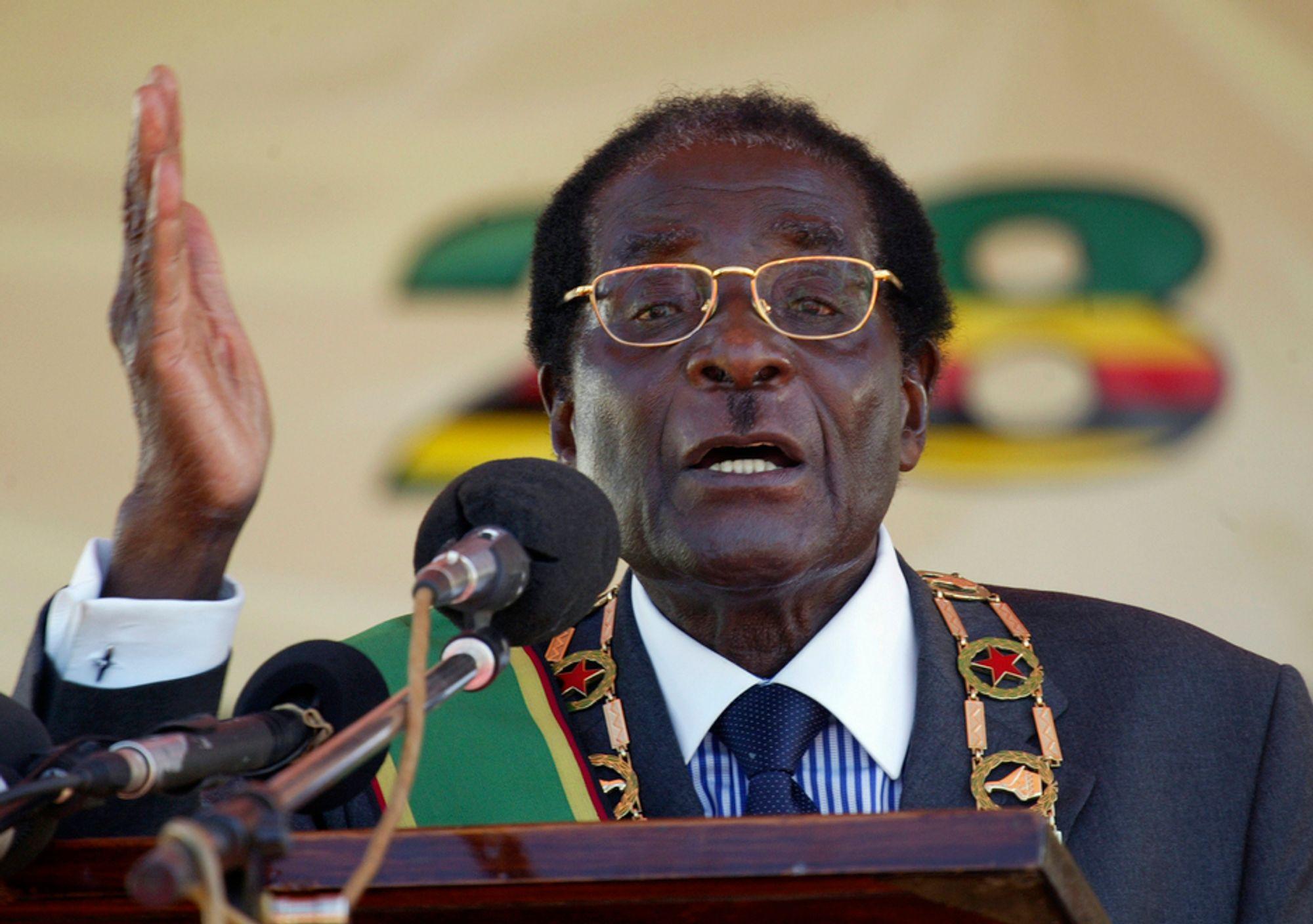 President Robert Mugabe undertrykker sitt folk med hard hånd, og det er gjerne våpen i den hånden (Foto: Scanpix/Reuters).