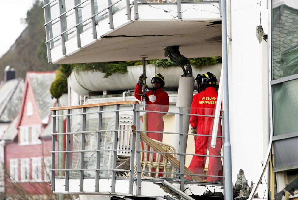 SIKRING: Brann- og redningsmannskap fra både Ålesund og Oslo jobber for å sikre bygningen og å finne de savnede i den sammenraste blokken i Ålesund.