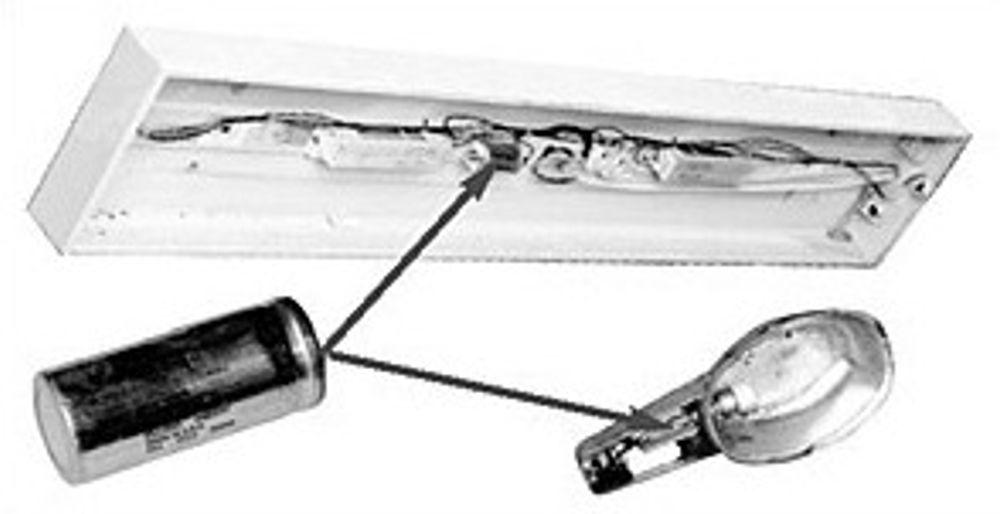 FARLIG: Mange lysarmaturer har slike PCB-holdige kondensatorer.
