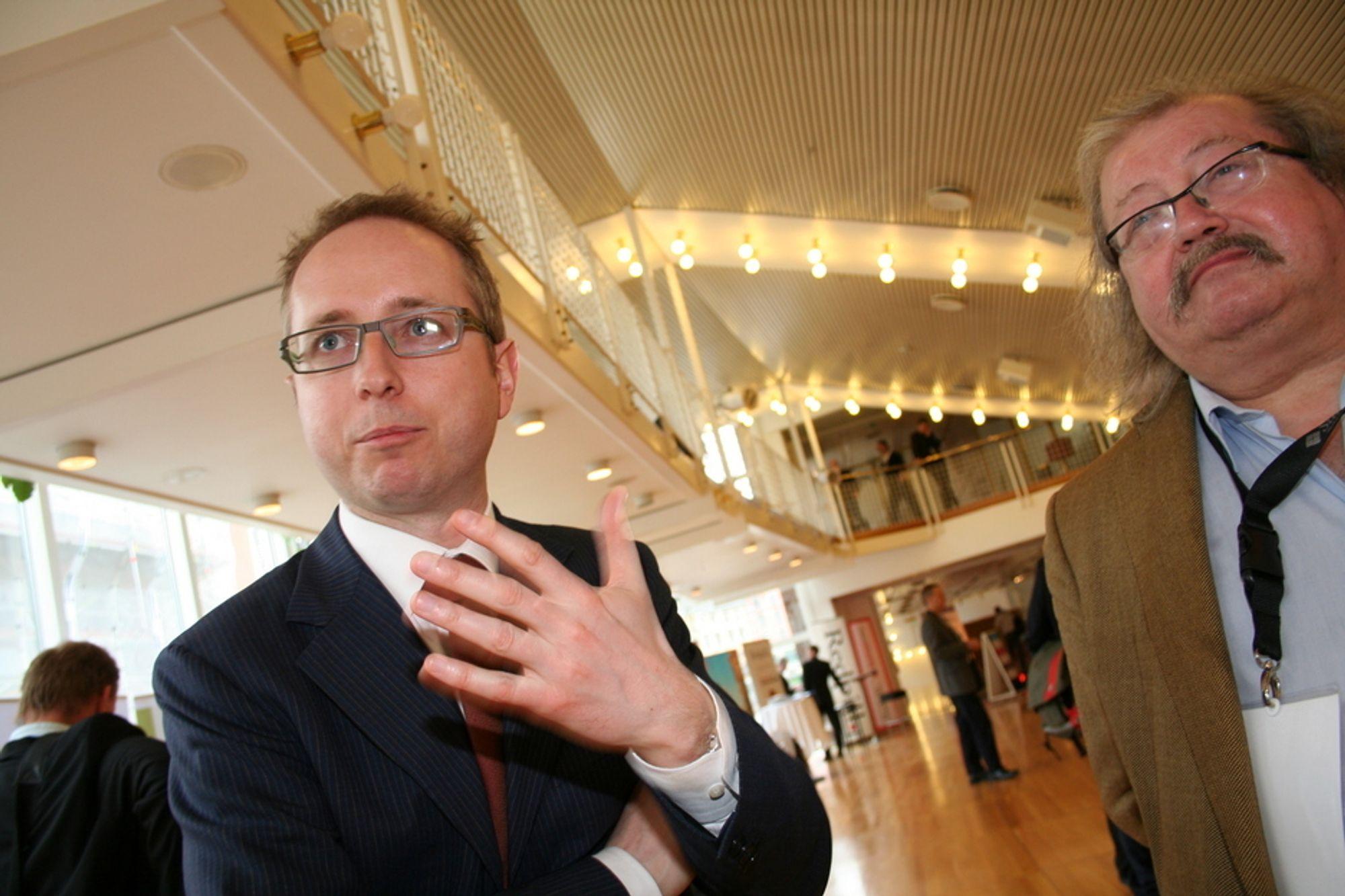 Tidkrevende. Kunnskapsminister Bård Vegar Solhjell (t.v.) og professor Jon Bing ved Senter for rettsinformatikk sier begge at det vil ta lang tid før fri programvare har etablert seg i allmenn bruk.