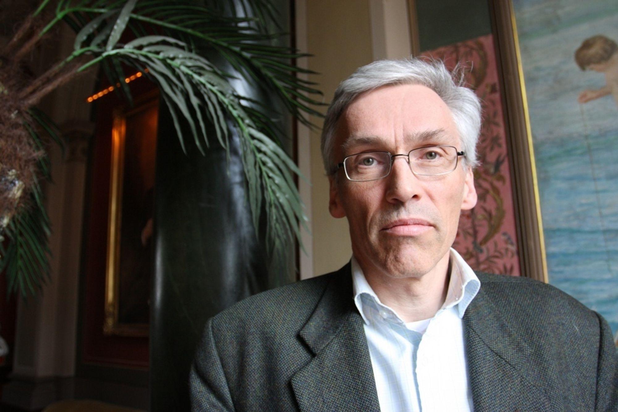 KRITISK: Professor Bjarne Foss mener at universitetene må stille krav til sine professorer