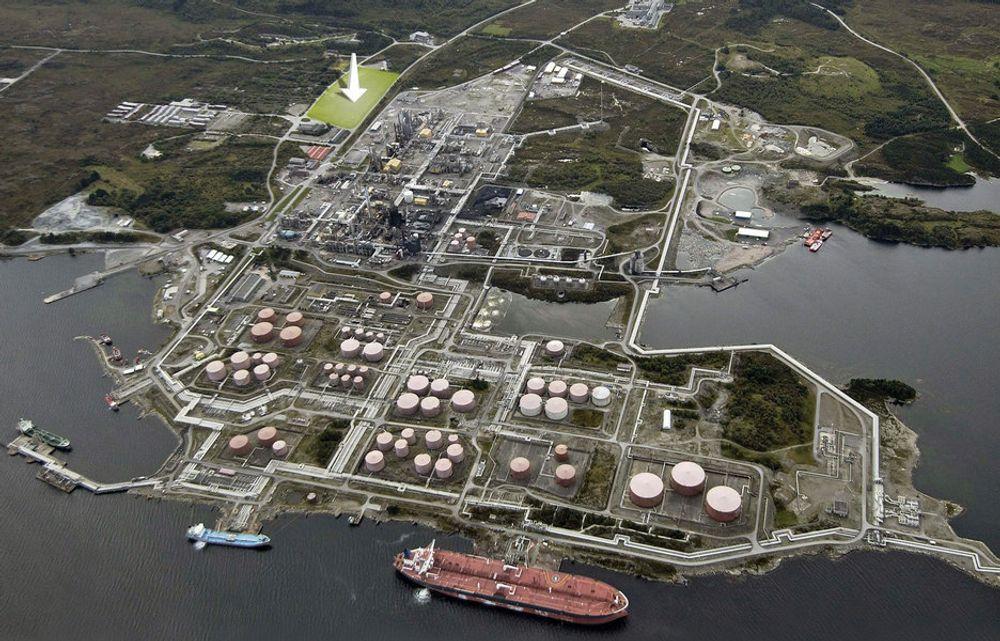 Mongstad i Hordaland. Pilen peker der CO2-fangstanlegget bygges, og det er CO2-en derfra som skal lagres i Nordsjøen.Fotomontasje: Simen Håkonsen
