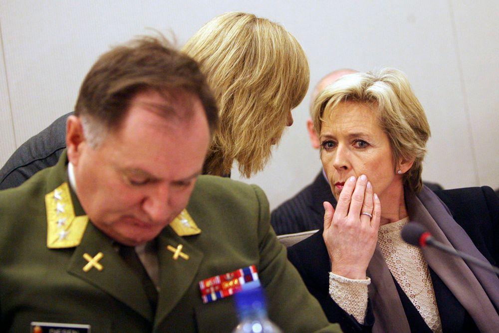 Forsvarssjef Sverre Diesen og forsvarsminister Anne-Grete Strøm-Erichsen skal heretter utlyse alle militære innkjøp over 1 million euro i EU-systemet.
