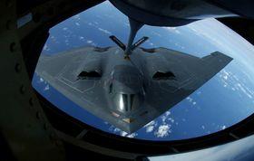 En B-2 Spirit får etterfylt drivstoff fra en KC-125 Stratotanker over Stillehavet.
