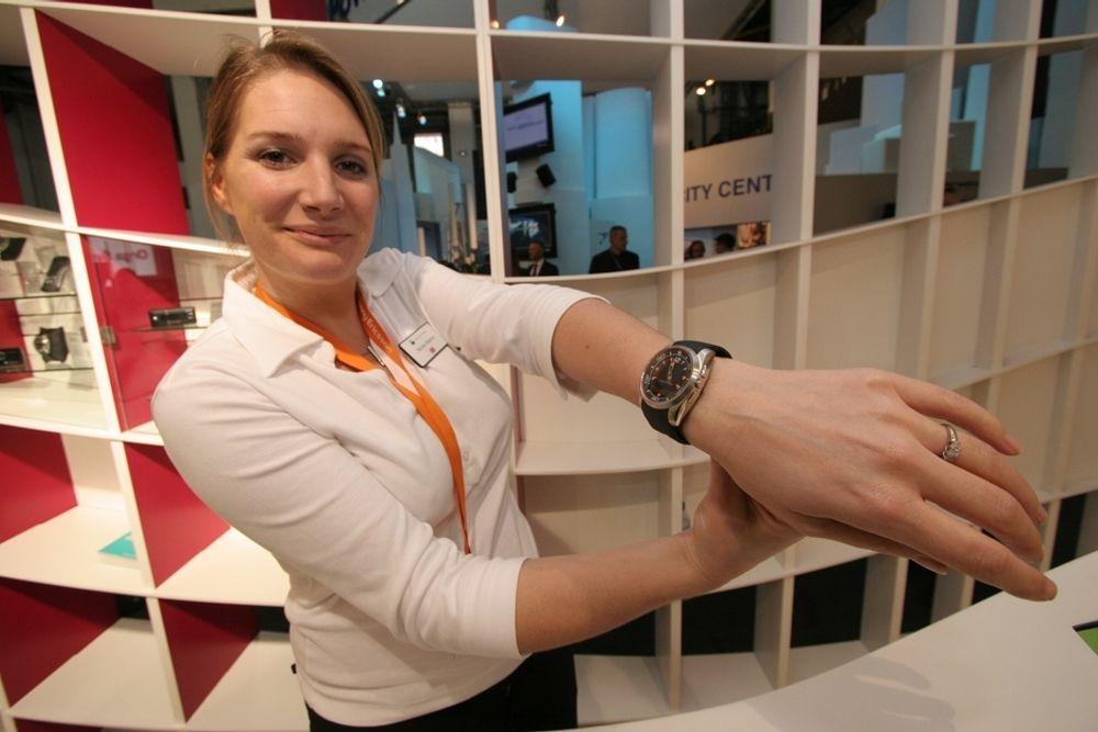 BLÅTANN - PÅ ARMEN: Sony Ericsson har tro på at klokker skal ha inne bygd Bluetooth-funksjon som kan kommunisere med mobilen. Klokkene er fine, men veier mye mer enn normale ur.