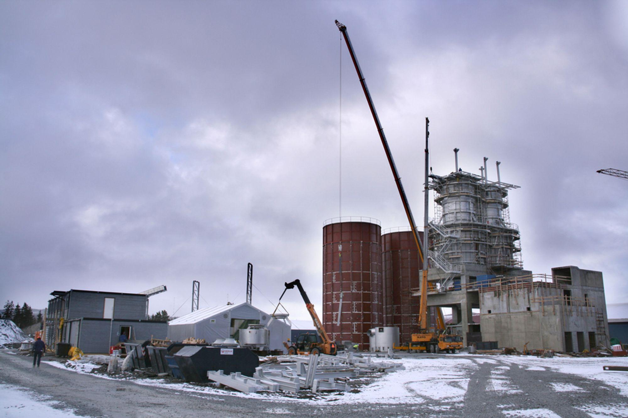 VIL GI NYE KVIKKSØLVUTSLIPP: Myndighetene jobber for å redusere utslippene av kvikksølv, men flere har søkt om nye utslippstillatelser. Her er Franzefoss i gang med å bygge den nye fabrikken NorFraKalk i Verdal som vil slippe ut kvikksølv og 240.000 tonn CO2.