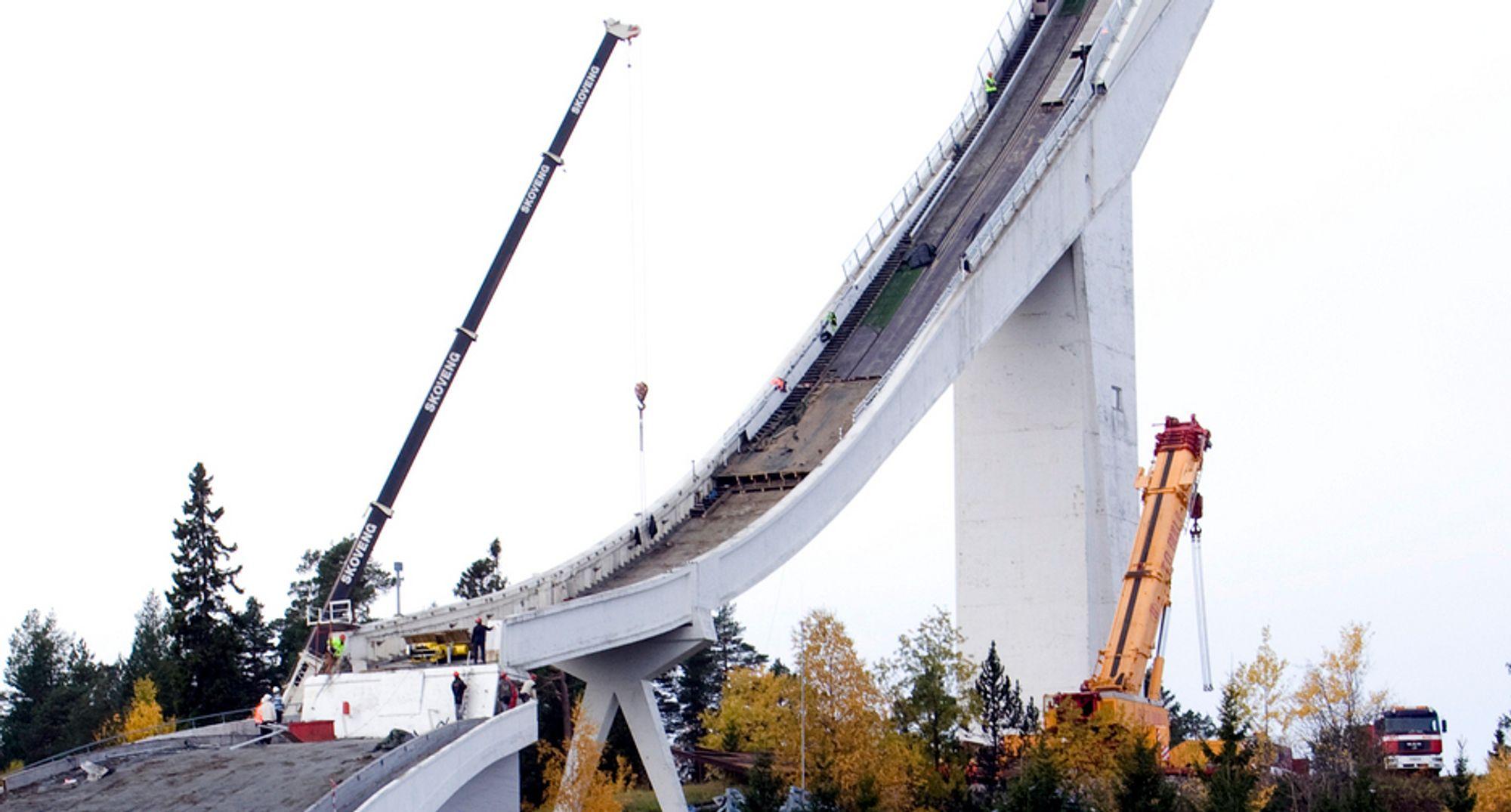 Klokka 16.30 i ettermiddag starter demonteringen av Oslos mest kjente landemerke - hopptårnet i Holmenkollen.