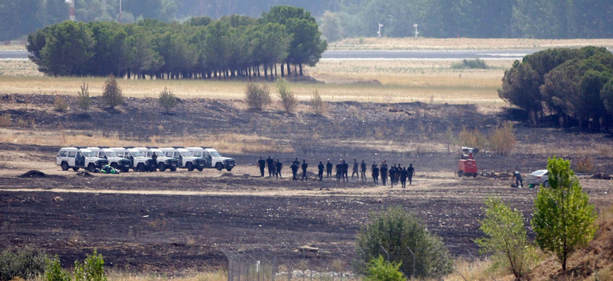 Spansk sivilgarde undersøker ulykkesstedet der Spanairs flight JK 5022 styrtet og eksloderte ved Barajas-flyplassen i Madrid onsdag 20. august. Flyet var av typen MD 82. 154 mennesker mistet lvet.