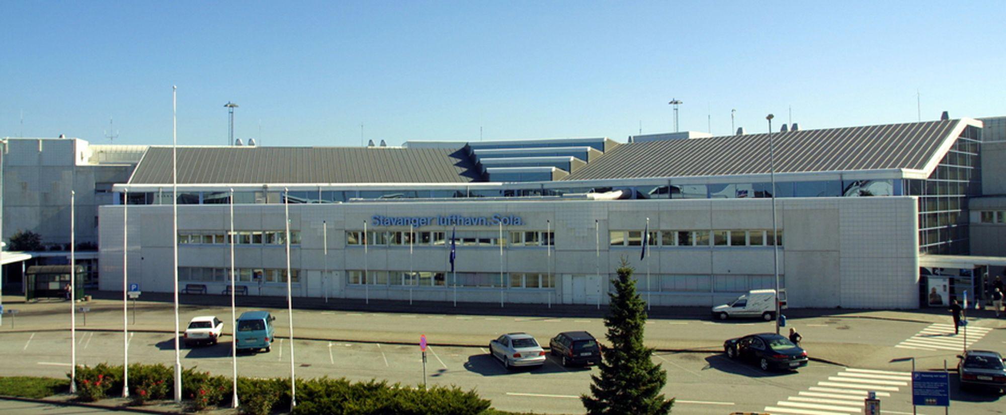 Stavanger lufthavn Sola ble stengt tirsdag morgen.
