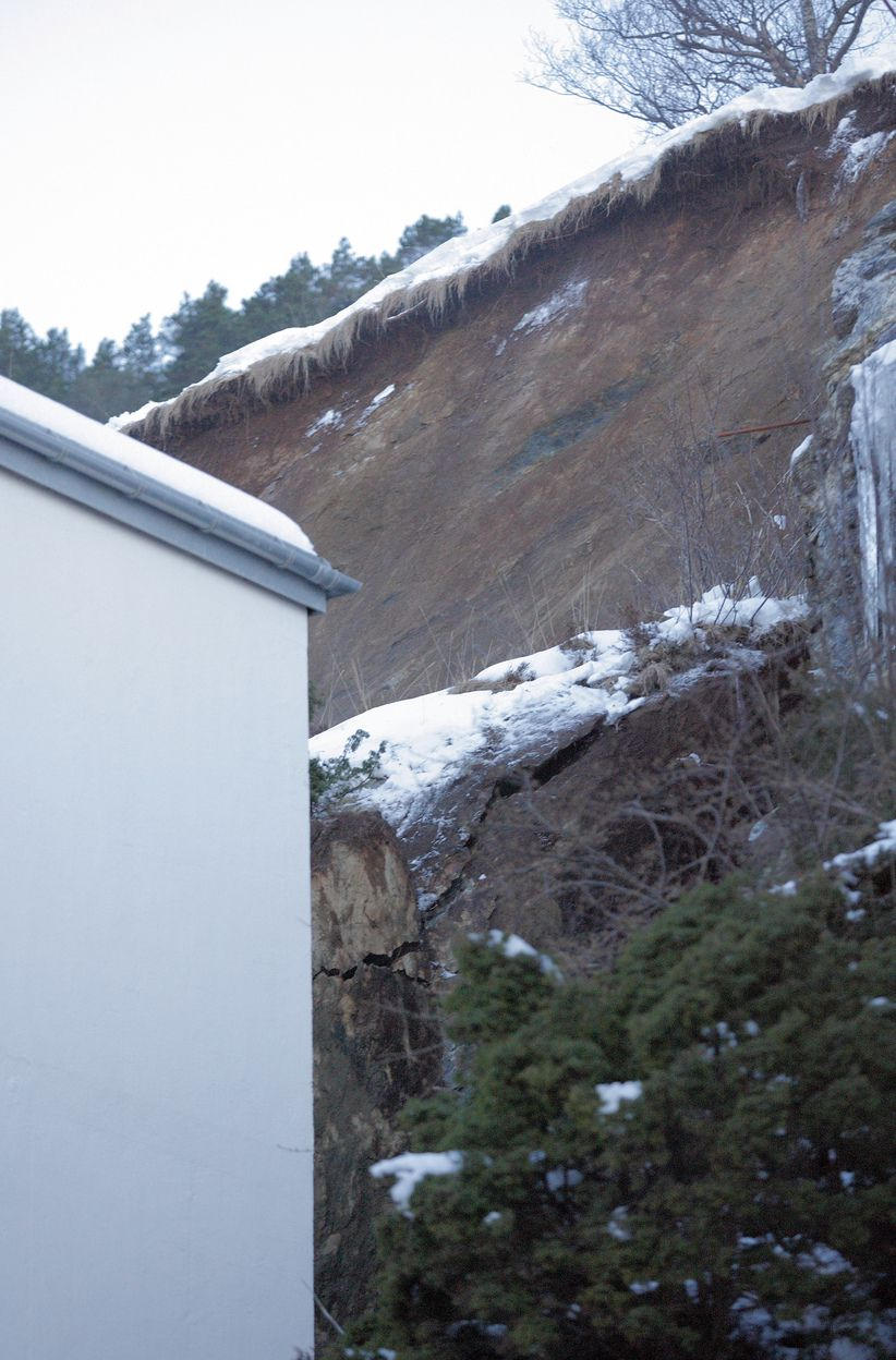 KAN DETTE VÆRE ÅRSAKEN?: Et ras på baksiden av bygningen kan være årsaken til at en boligblokk i Fjelltunveien i Ålesund kollapset natt til onsdag.