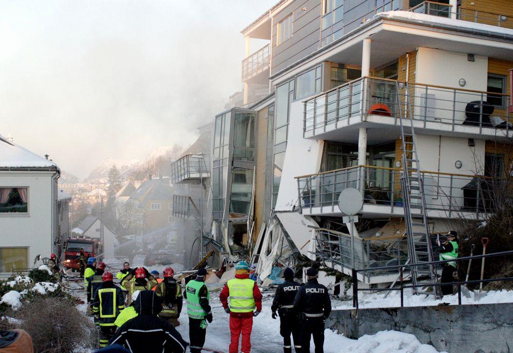 VAR USIKKER: Politi og redningsmannskaper utenfor boligblokken i Fjelltunveien i Ålesund som kollapset natt til onsdag.