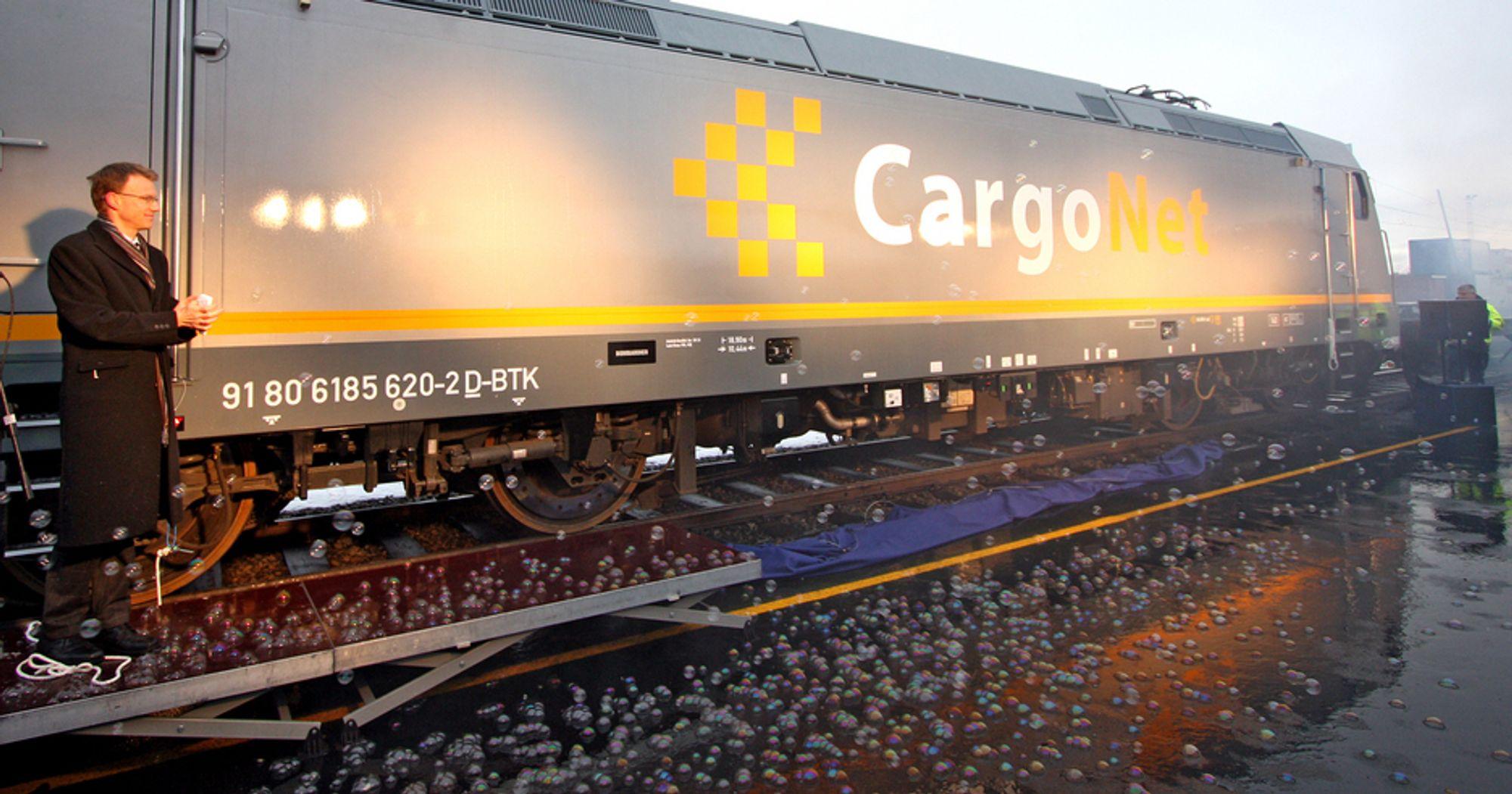 Statssekretær Erik Lahnstein i Samferdselsdepartementet og en anselig mengde såpebobler var rammen da CargoNets nye lokomotiv CE 119 ble avduket på Alnabru torsdag ettermiddag.