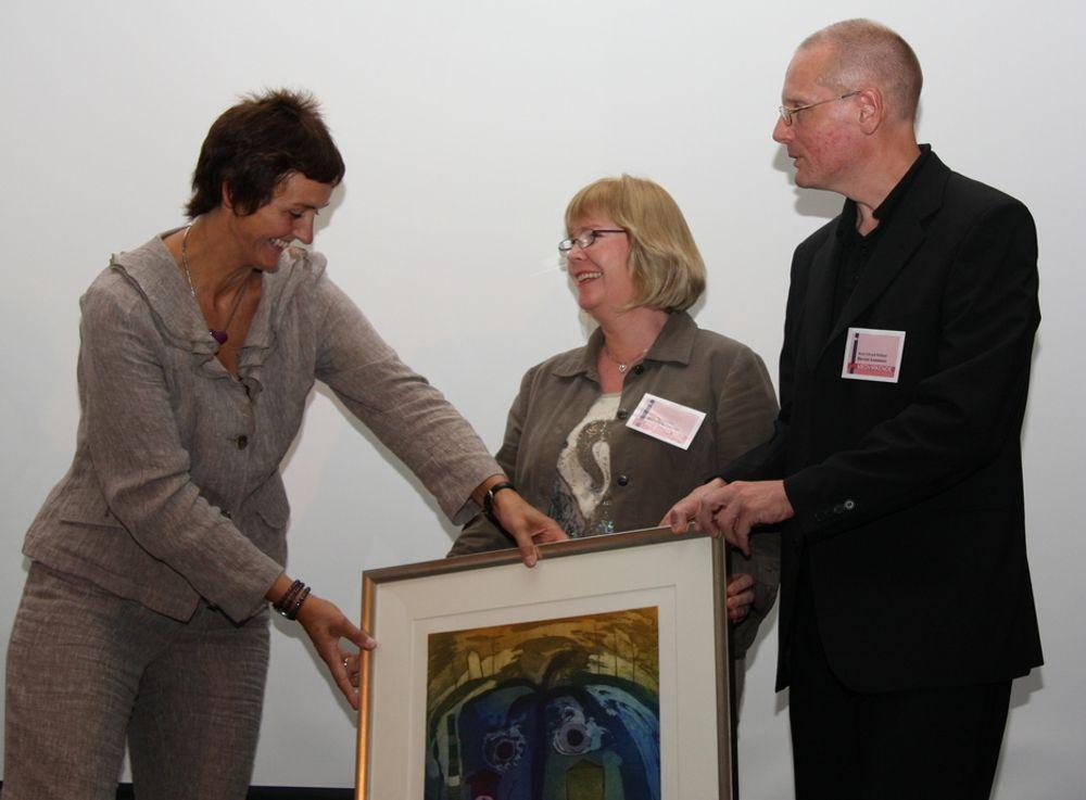 Pris. Statssekretær Kari Henriksen foretok den formelle kåringen av Bærum som årets beste ekommune.