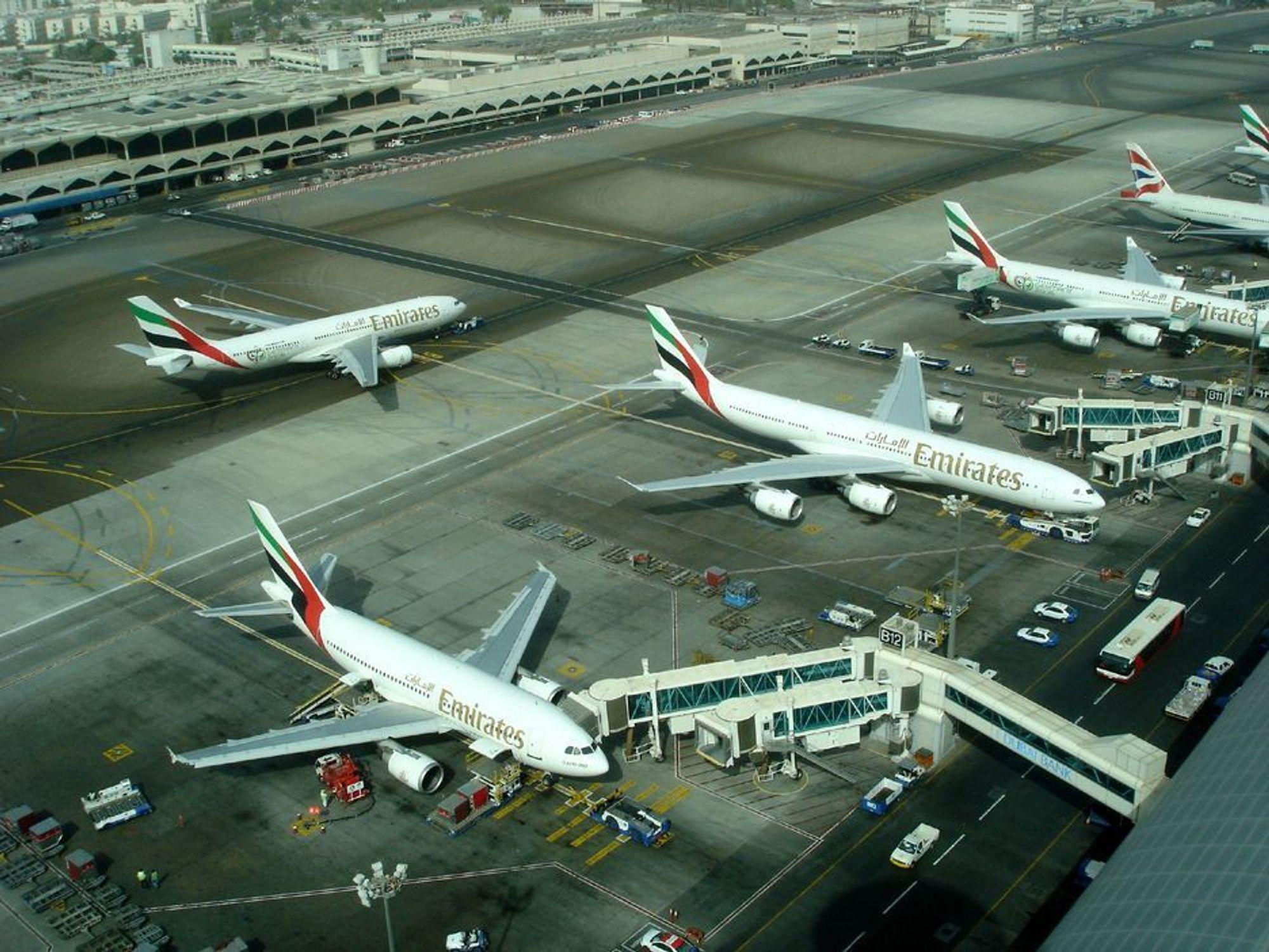 JA TAKK: Store flyplasser sier nå ja til å endre rutinene slik at store fly skyves med traktor ut til et område like ved startbanen. Først da startes hovedmotorene. Flyets egen strømprodusent ¿ en liten gassturbin/generator under halefinnen, skal være i gang hele tiden. Bildet viser storflyplassen i Dubai, som ventes å følge de andre i tiltaket.