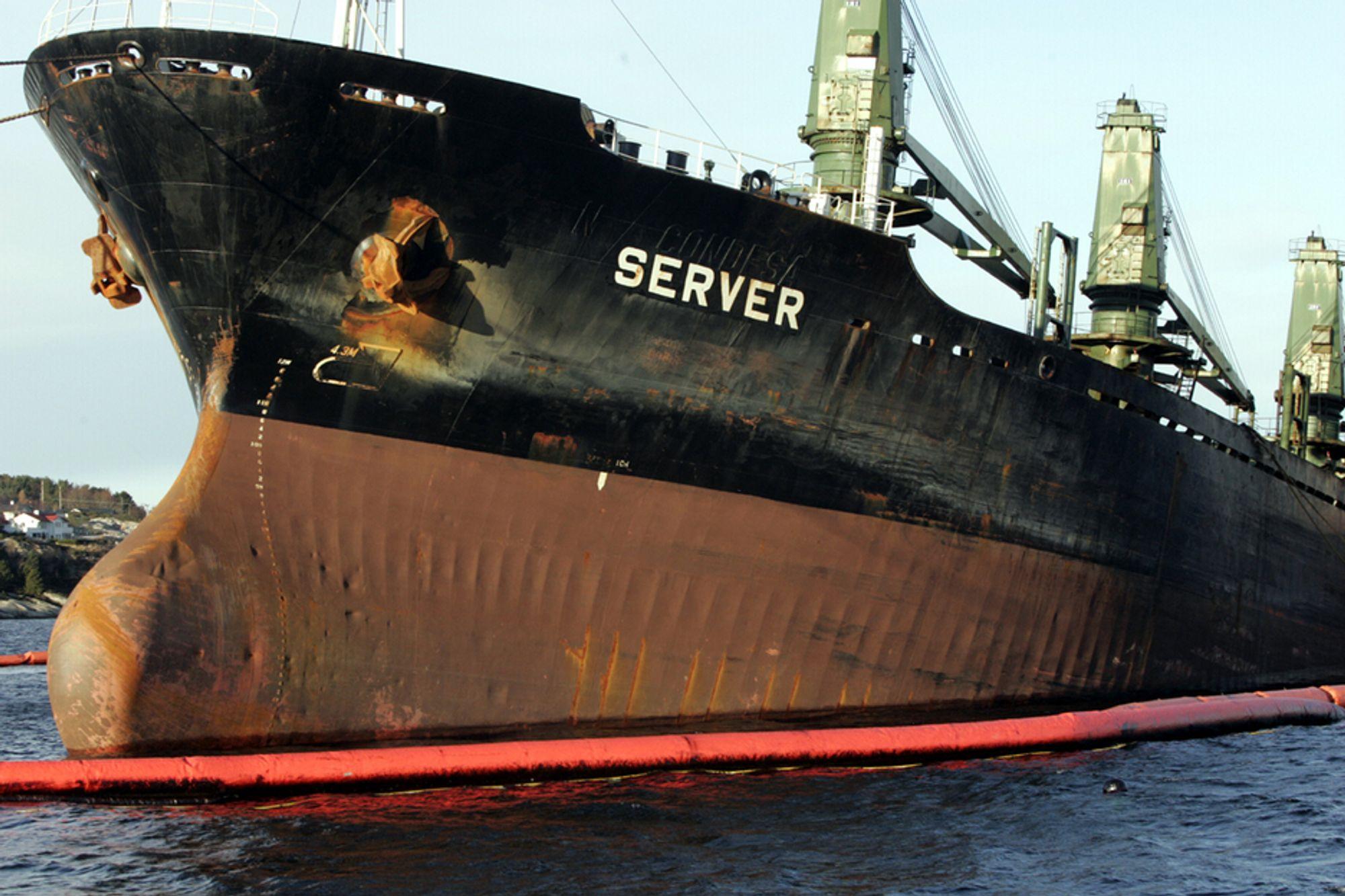 HAVARIST: Her er forskipet av Server ved Ågotnes, før sleping til Høylandsbygd.