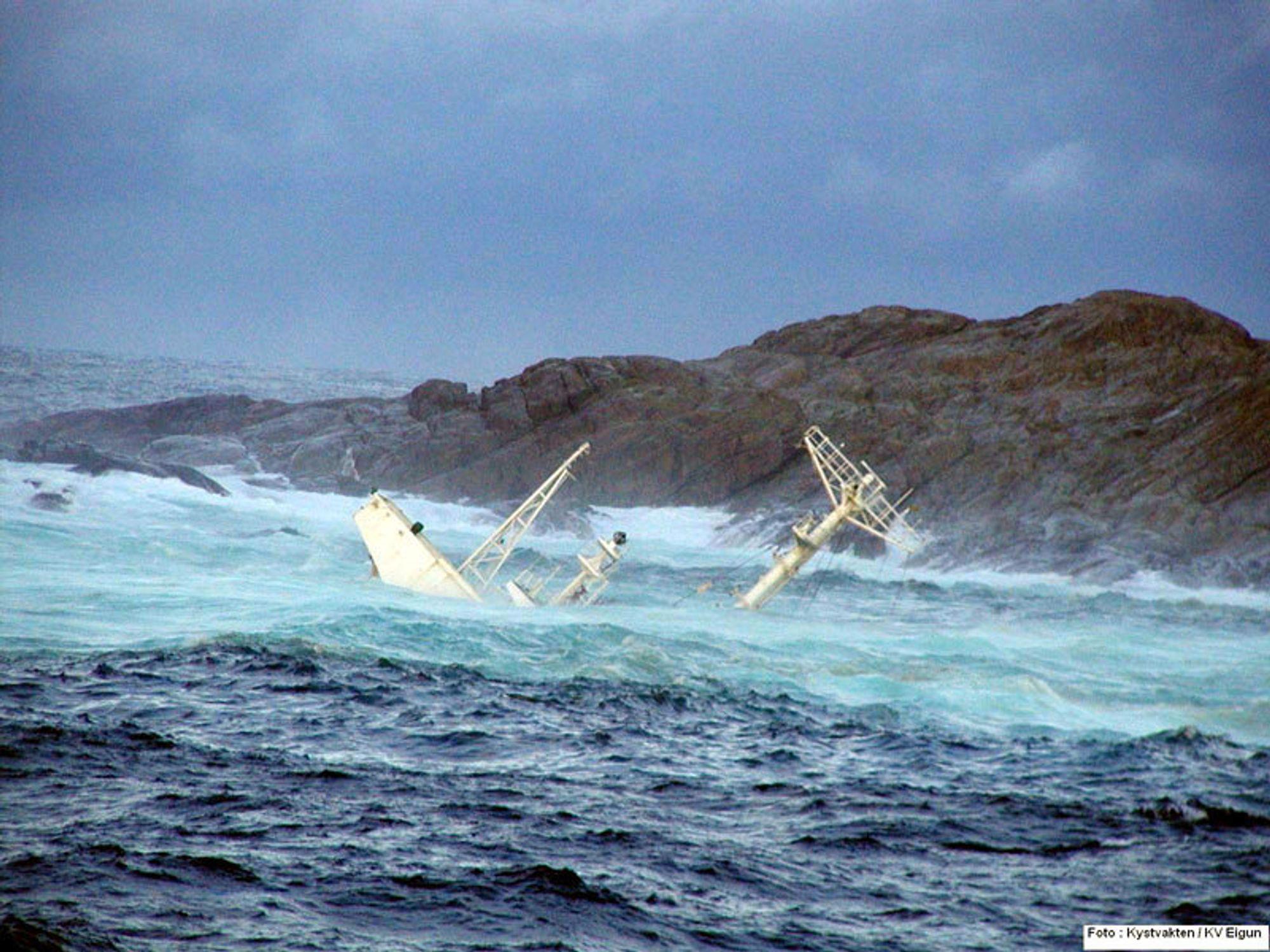 SYNKENDE: Akterskipet av Server stikker opp fra vannet ved Hellesøy fyr, rett sør for Fedje i Hordaland.