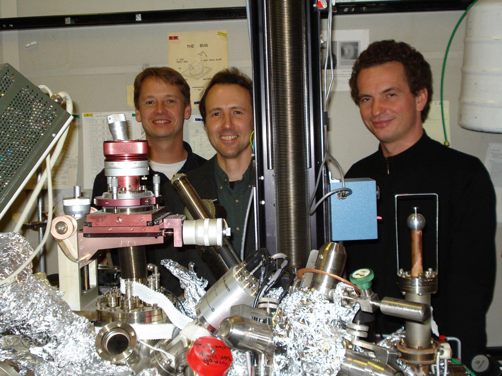 SUPERKRYMPERE: Forskningssjef Markus Ternes til venstre med kollegene Chris Lutz og Andreas Heinrich ved IBMs forskningssenter i California ser for seg elektroniske kretser som er noen atomer i bredden.