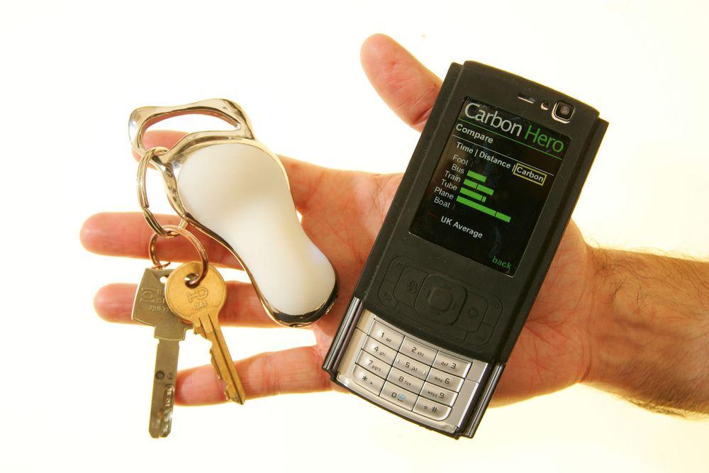 Den hvite nøkkelholderen er en avansert sensor som registrerer hvor mye CO2 du bruker på forflytning, og viser informasjonen på mobiltelefonen.