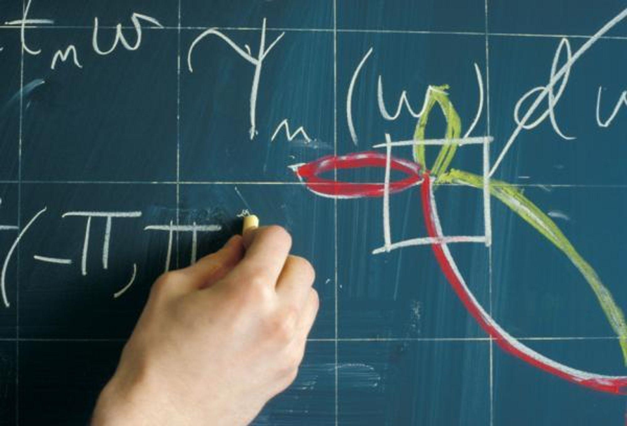 Nærbilde av tavle på NTNU med matematiske beregninger.