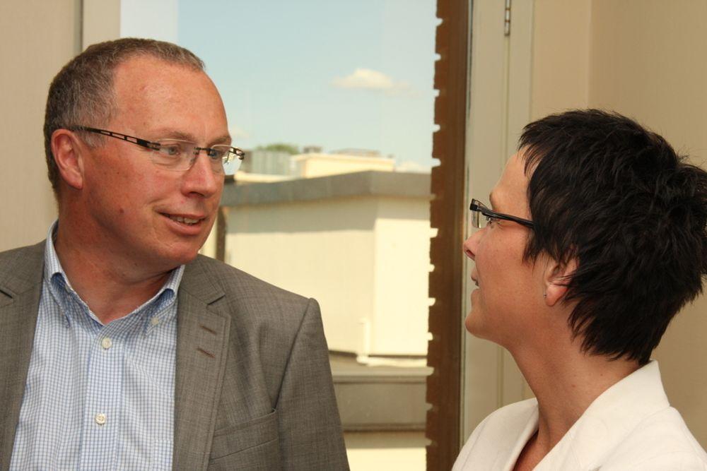 Fornyingsminister Heidi Grande Røys jobber for leverandøruavhengige produkter, men syns det er greit at talesyntesen Ling IT Speak er sponset av Microsoft og Norgessjef Knut Morten Aasrud og kun virker med Windows.