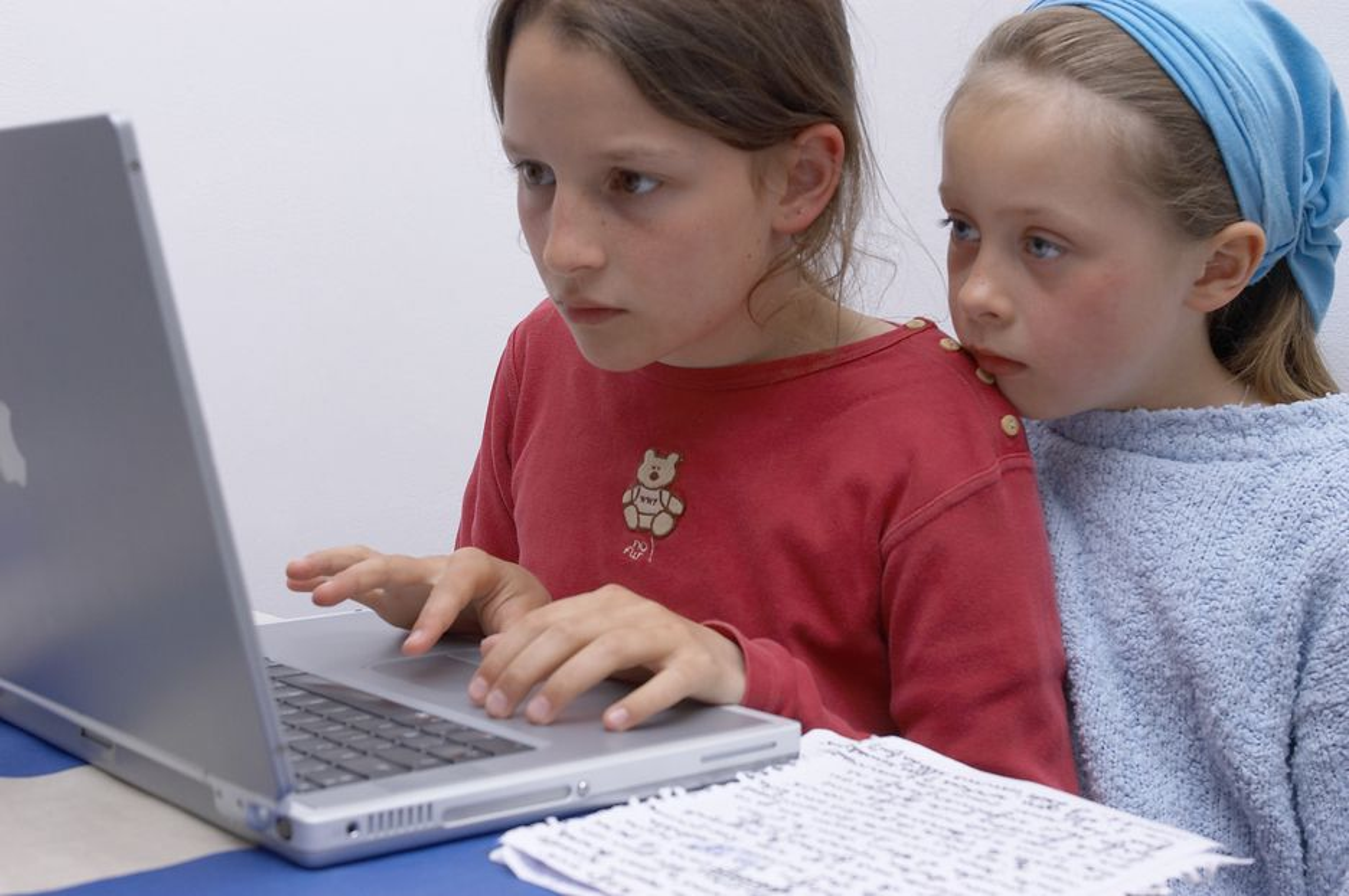 PROBLEMATISK: I likhet med voksne synes barn og unge det er morsomt med internett. Men hvor mye skal vi styre og sensure deres nettbruk?
