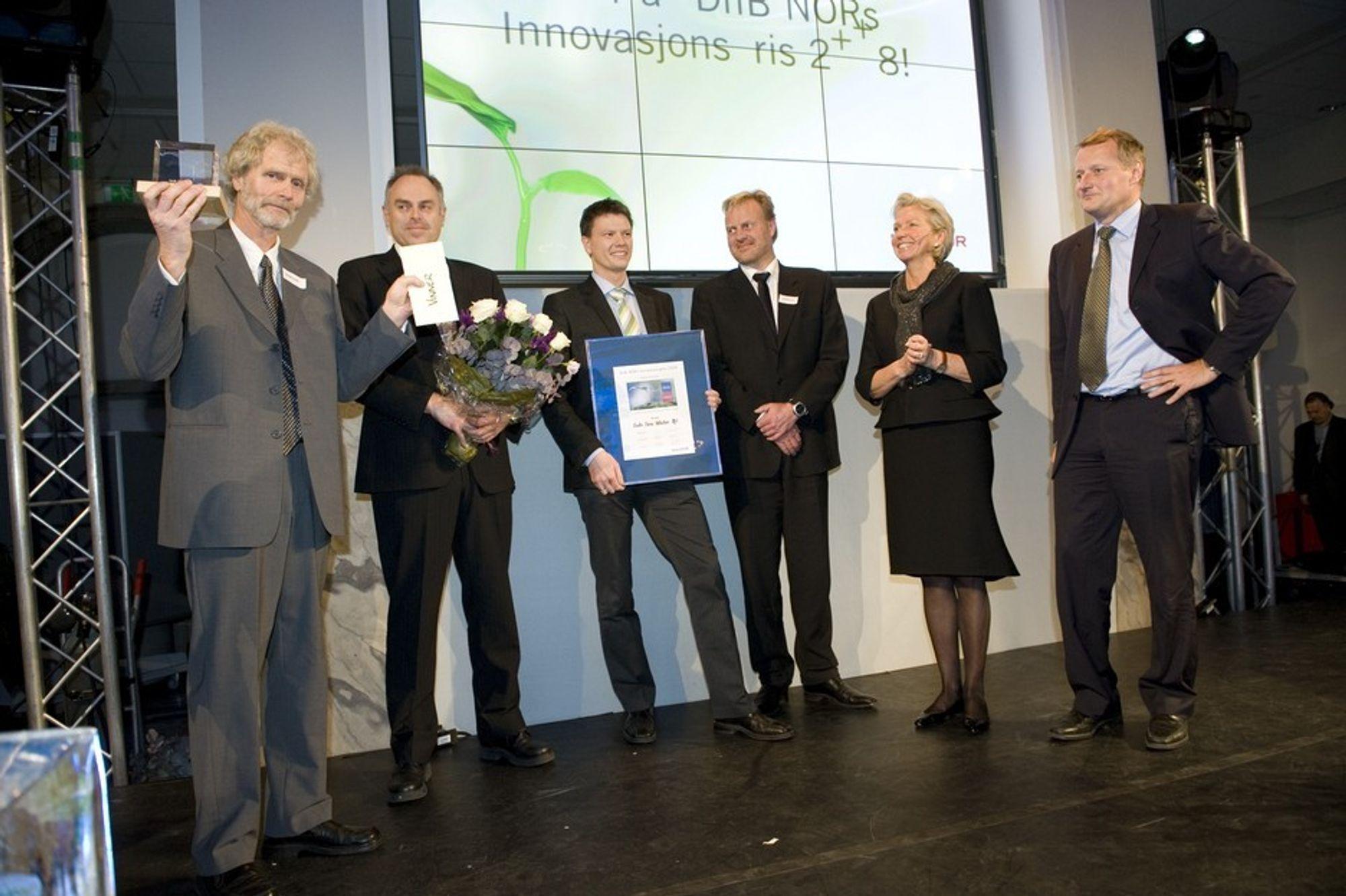 Sub Sea Water blir overrakt DnB NORs innovasjonspris. Fra venstre: Fridtjov Ruden, Ståle Johansen, Robert Abelsen, Hans Amundsen, Berit Kjøll (juryens leder) og Rune Bjerke (konsernsjef i DnB NOR)