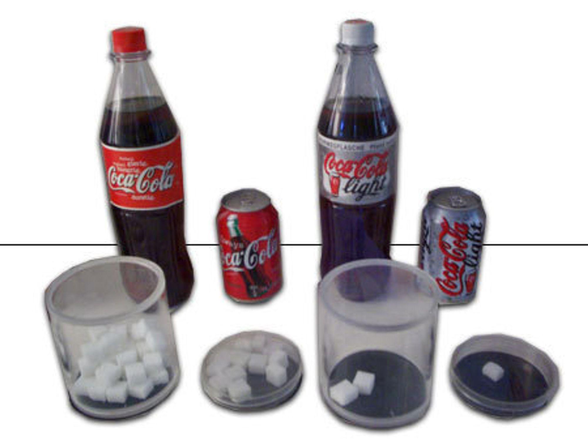 GJØR NATUREN SØT: Sukralose brukes som søtningsstoff i i Coca-Cola Light. Her ser du forresten hvor mye sukker en flaske og boks inneholder.