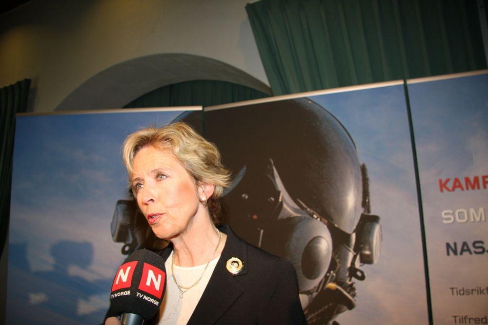 Forsvarsminiser Anne-Grethe Strøm-Erichsen fikk en uvanlig 59-årsgave - en tørrdokk i fjell i Bergen.